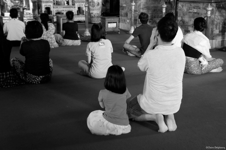 thailand-bangkok-temple-prayer