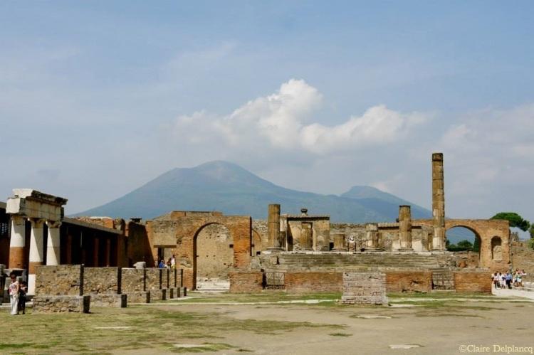 Italy-Pompeii-Vesuvio