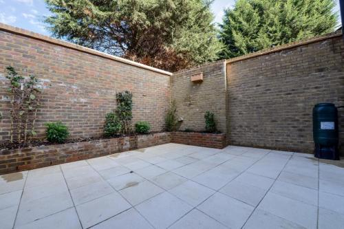 Outdoor Courtyard Before