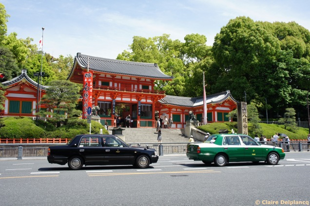 Yasaka Shrine and taxis in Kyoto