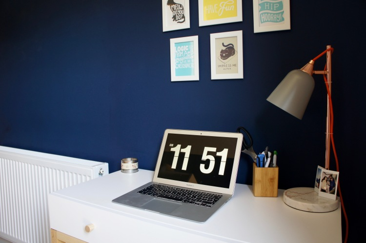 Navy blue walls - 5 tips to easily save money when decorating your home