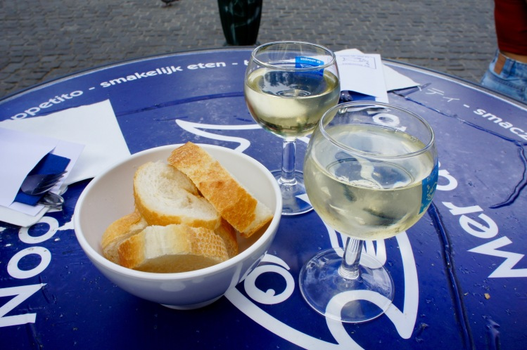 White wine and bread at De Noordzee Brussels